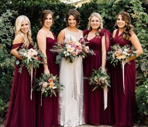 Vestidos de madrinhas de casamento em tons marsala e bordô. Foto: Plum & Oak. Mais dicas em www.planejandomeucasamento.com.br