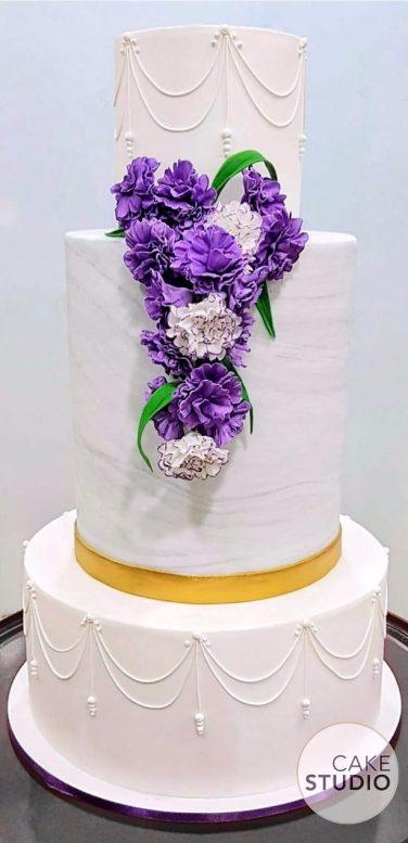 Bolo de casamento com efeito mármore, 3 andares e decoração com flores roxas. Feito por Cake Studio ( contato@cakestudio.com.br | Whatsapp (11) 96882-2623 ).