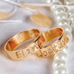 Alianças de casamento com nome vazado. Foto: Lojas Rubi.