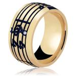 Aliança de casamento com detalhe de música (pauta e notas musicais). Foto: Lojas Rubi.