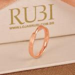 Aliança de casamento retorcida de ouro rosé. Foto: Lojas Rubi.