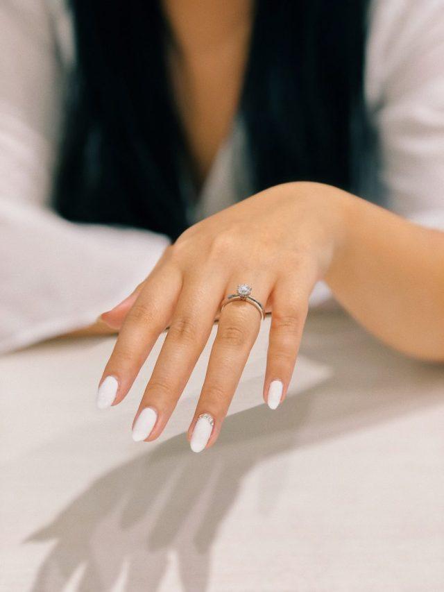 Dedo anelar: o dedo correto para usar aliança de casamento e anel de noivado.
