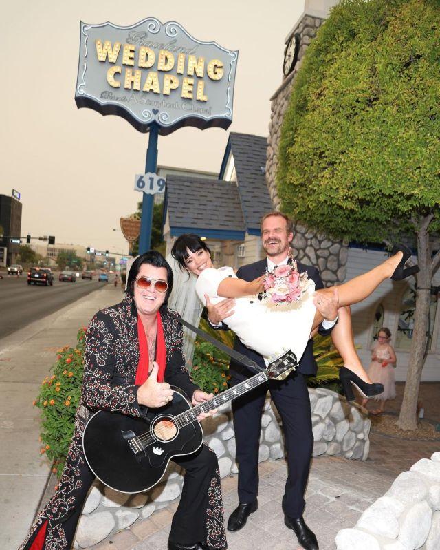 Fotos do casamento de Lily Allen e David Harbour em Las Vegas.