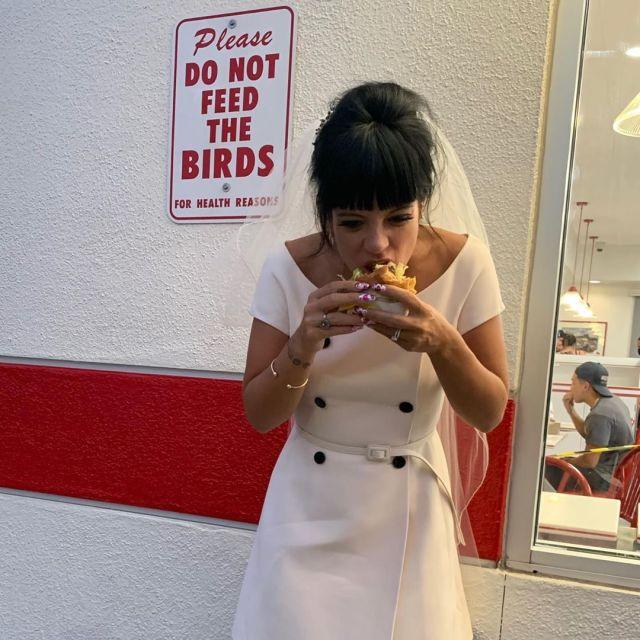 Fotos do casamento de Lily Allen e David Harbour: noiva comendo burger.