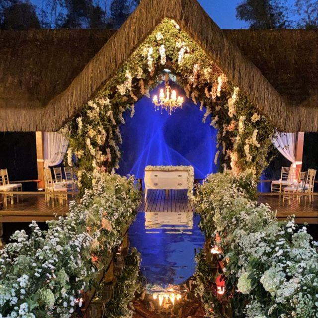 Decoração do altar iluminado - Casamento Viviane Araújo e Guilherme Militao