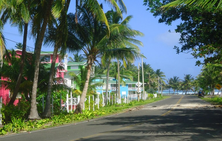 Rua de San Andrés, com casa coloridas e o mar ao fundo
