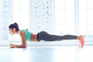 Ejercicio de fuerza en gimnasio para corredores. Plancha abdominal.