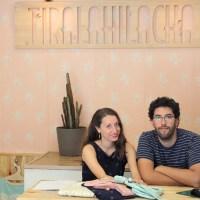 Meeta y Pablo en su tienda en el centro de Barcelona.