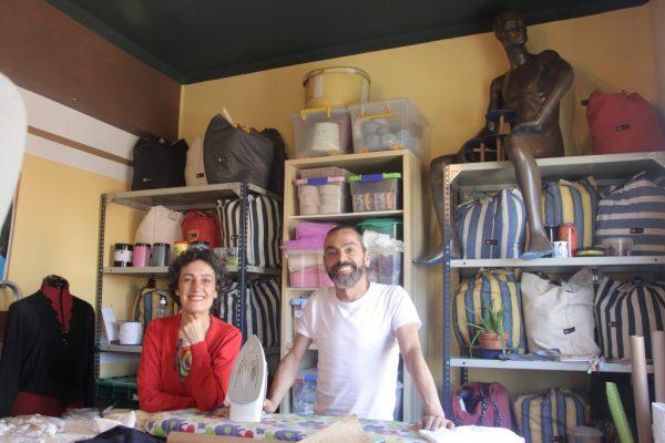 En el taller de la Canalla, situado en una céntrica calle de Vigo, dan rienda suelta a su imaginación y atienden a sus clientes.
