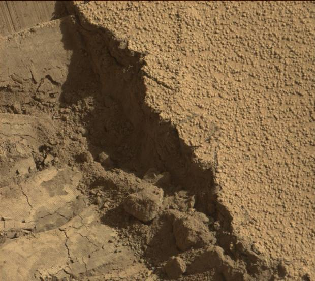 Close-up view of the edge of a Curiosity wheel track in the sand dune at Dingo Gap. Click for larger version. Credit: NASA / JPL-Caltech