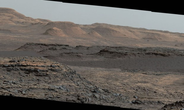 The edge of a dark sand dune field can be seen in this white-balanced Curiosity image from sol 1115 (Sep. 25, 2015). Image Credit: NASA/JPL-Caltech/MSSS
