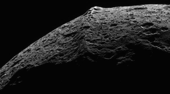The equatorial ridge of Iapetus seen by Cassini © NASA