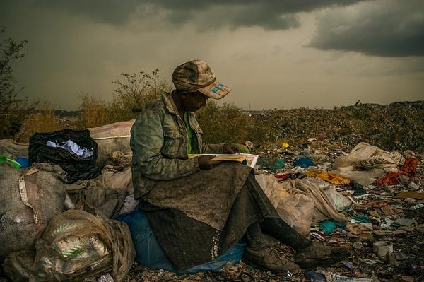 Kobieta czytająca nawysypisku śmieci Nairobi, Kenia Fot.Micah Albert