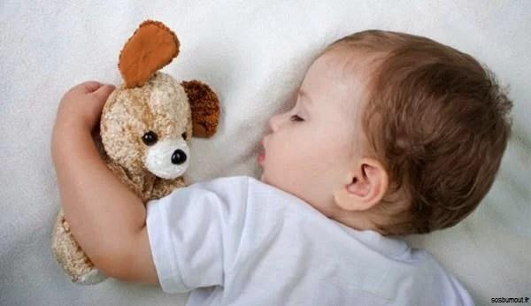 Bébé-qui-dort-avec-doudou-0