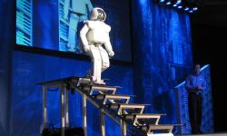 800px-Honda_ASIMO_Walking_Stairs