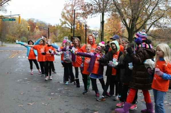Girls on the Run pass out water. Photo courtesy of Stella Rho.
