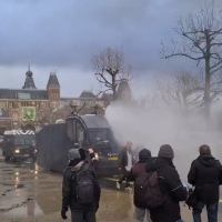 [:en]Whoa: Woman Gets Blasted By A Water Cannon During Anti-Lockdown Protest In The Netherlands![:]