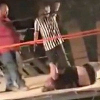 [:en]Ouch: Amateur Wrestler Takes A Major L After Jumping Off Rope![:]