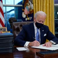 [:en]President Biden Signs Executive Orders On COVID-19 Mask Mandate, Promote Racial Equity, Rejoining Paris Accord & More![:]
