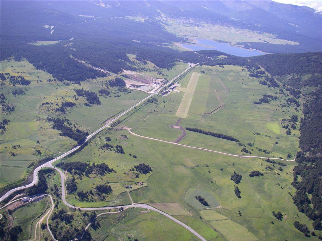 La piste et le lac de Matemale