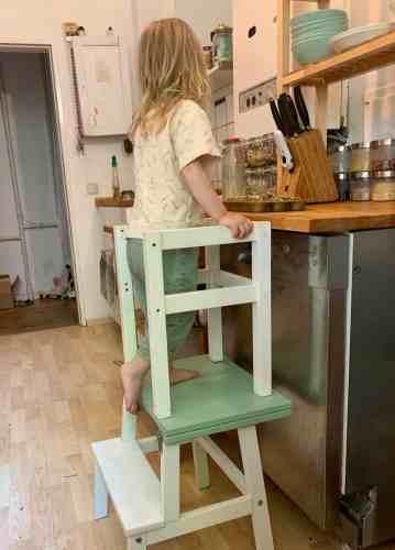 Lernturm, kind hilft beim kochen, Küche