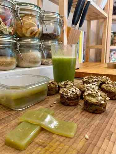 planningmathilda, gesunde Süßigkeiten selber machen, Muffins, Gemüsemuffin,backen mit Kind, Kind hilft in Küche, Fruchtgummi, grüner Saft