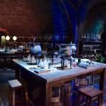 La salle des potions fréquentée par les élèves de Poudlard. A droite, on peut apercevoir le costume qui a servi pour le professeur Horace Slughorn. Il s'agit donc du sixième volet Harry Potter et le Prince de sang-mêlé. © David Trotta