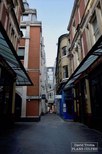 Dans le monde de Harry Potter, l'entrée du Chaudron Baveur, le bar des sorciers, permet d'entrer sur le Chemin de Traverse. Il s'agit de la porte bleue à l'image, située au Bull's Head Passage, dans le Leadenhall Market. © David Trotta