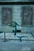 Conrad Schumann est soldat à Berlin-Est. Sa fuite, en sautant par-dessus les barbelés au début de la construction du mur donne lieu à l'une des photos les plus célèbres de l'histoire du mur de Berlin. Ici reproduite en miniature à Little Big City Berlin. © David Trotta