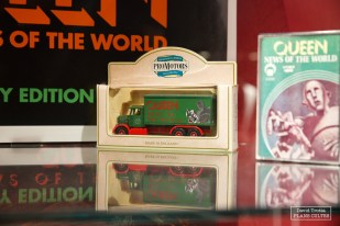 Parmi les objets promotionnels, un petit camion à l'image de News of the World, de 1977, sur lequel figurent notamment We Will Rock You et We Are the Champions © David Trotta