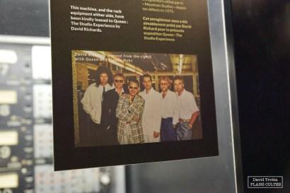 Dans la régie des Mountain Studios. Une photo de Queen en compagnie de David Richards (avant-dernier), ingénieur du son dès 1975 à Montreux puis propriétaire des lieux de 1993 à 2002, et Claude Nobs (à gauche de Freddie Mercury), fondateur du Montreux Jazz Festival © David Trotta