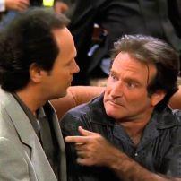 Robin Williams et Billy Crystal installés dans le célpbre fauteuil du Central Perk. Saison 3, épisode 24.