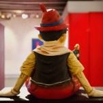 Pinocchio recevant les conseil d'un grillon. Dans la version Disney, son rôle est bien plus important que dans la série d'origine.