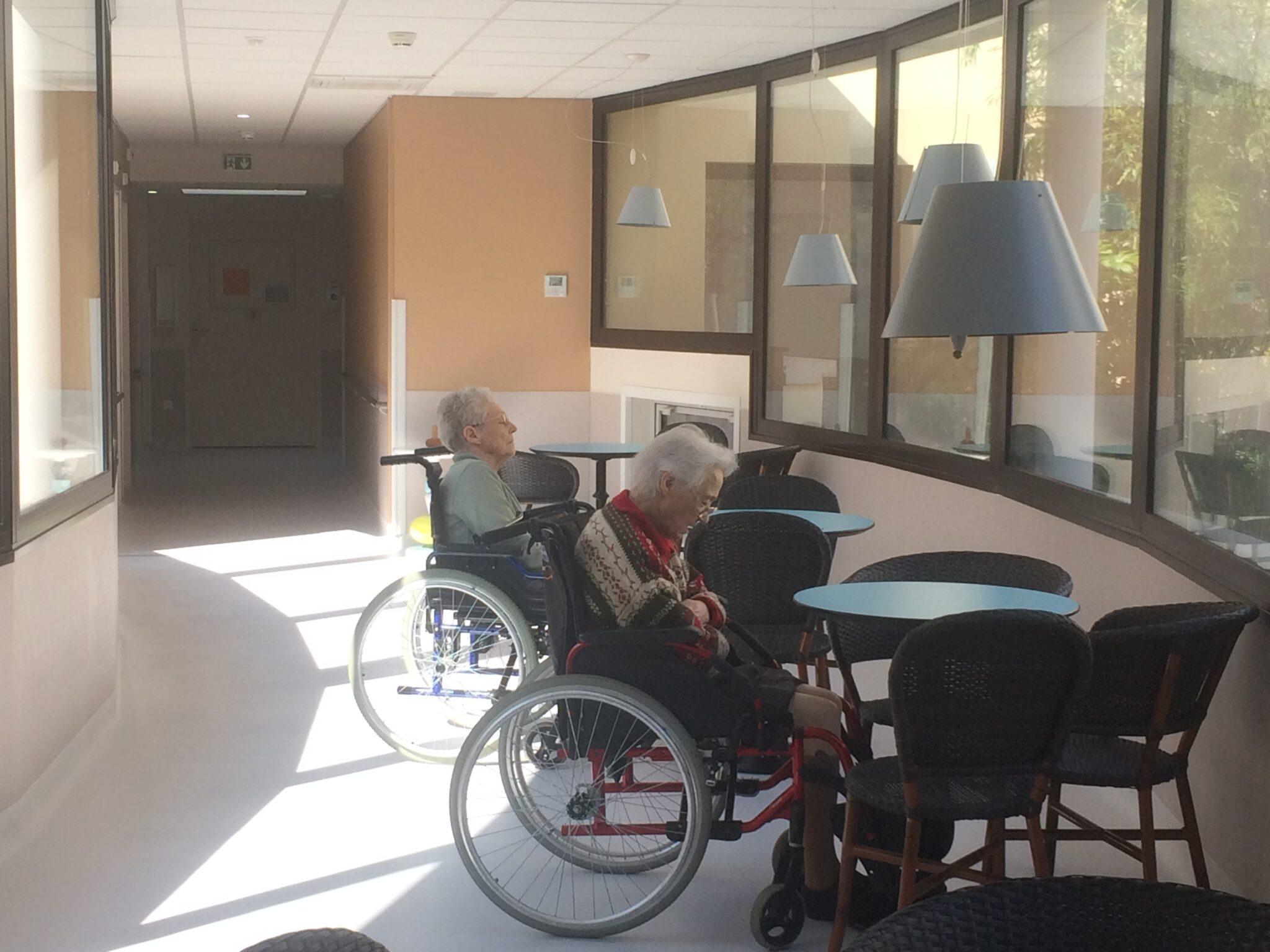 Alzheimer dans le patio sous les hauts parleurs