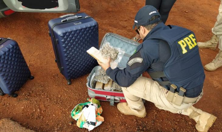 PRF apreende 13 Kg de maconha e 2 Kg de skunk em van na BR-267 em Maracaju