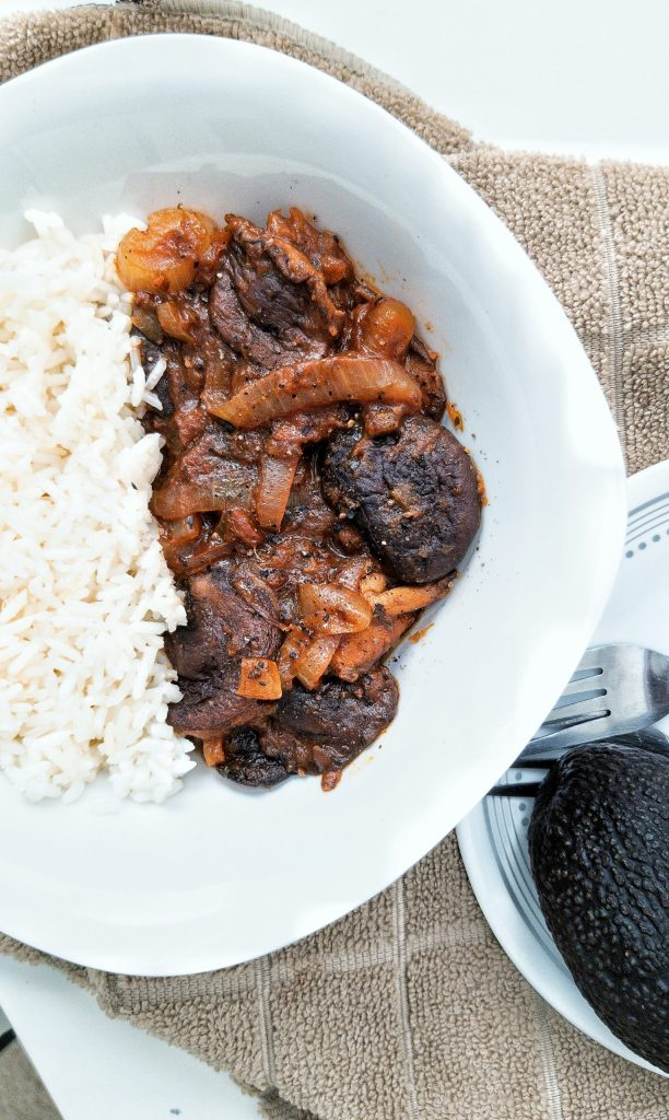 Plant-based stewed mushrooms and onions with Puerto Rican flavors and spices. With a side of white ric