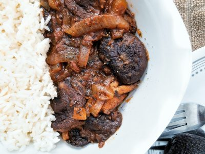 Plant-based stewed mushrooms and onions with Puerto Rican flavors and spices. With a side of white rice
