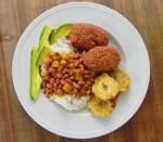 Alcapurrias con arroz y habichuelas