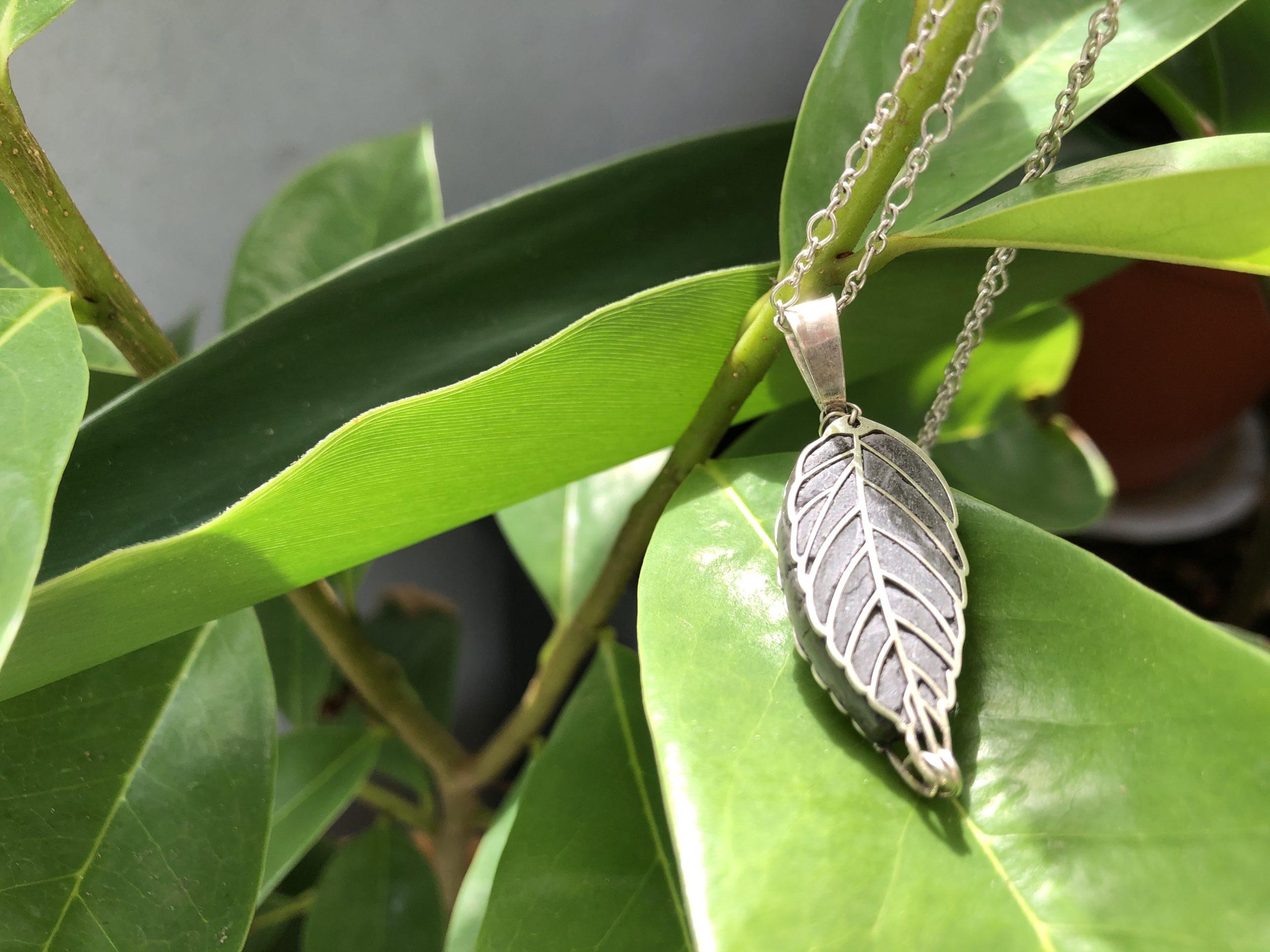 Histoire de bijoux olfactifs: du liège à l'argent