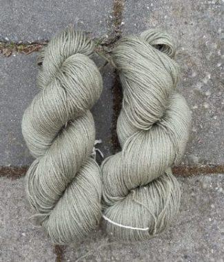 lækkert tyndt uld-silke garn farvet med almindelig syre fra fynske grøftekanter.