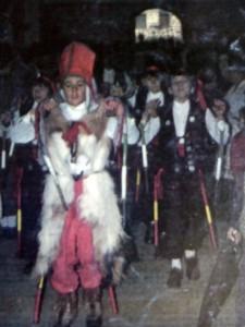 """Alumnos del Hogar-Escolar de Nuñomora bailando """"El Ramu"""" dentro la iglesia parroquial de Nuñomoral, con """"El Graciosu"""" a la cabeza, años 80 (Foto:  José María Domínguez Moreno)"""