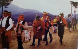 """Una de las """"corróbrah"""" de carnaval (componentes de """"Estampas Jurdanas"""" baja por la sierra (Foto: F.B.G.)"""