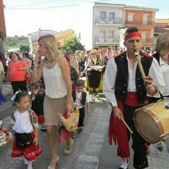 El joven tamborilero Saúl Barroso Azabal, tocando en una procesión (Foto: B.A.B.)