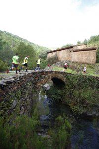 Cruzando un rústico puente de piedras, en edición anterior (Foto: Vicente Martín)