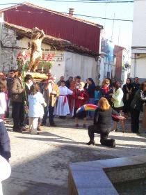 """""""Echandu la bandera"""" ante la imagen del Santo (Foto: Roberto Galindo)"""