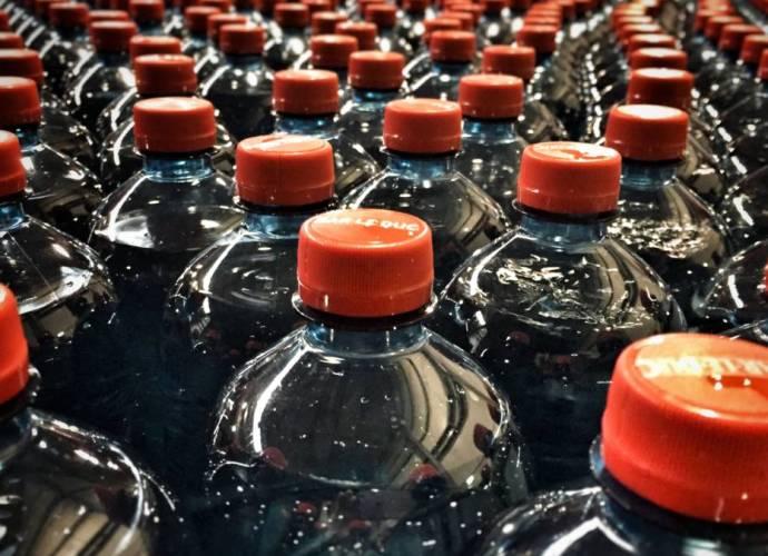 multinational-pakken-plastic-afvalberg-aan