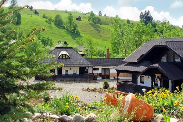 adelaparvu.com-despre-case-traditionale-romanesti-Casa-Poveste-Campulung-Moldovenesc-Romania-bedand-breakfast-Romania-6