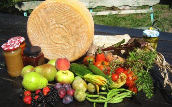 Brânză și legume, borcane si ierburi de la Asociatia Curtea Culorilor din județul Timiș