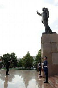 Morningstar-bows-to-Heydar-Aliyev2_small.jpg.pagespeed.ce.HBGYANDOOb