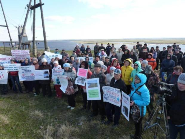 Villagers protest in Ust-Usa Photo: Save the Pechora Committee